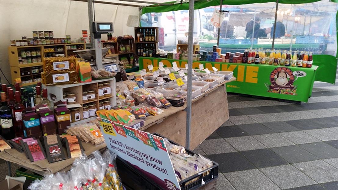 Biomonkie op de markt in Amsterdam-Noord